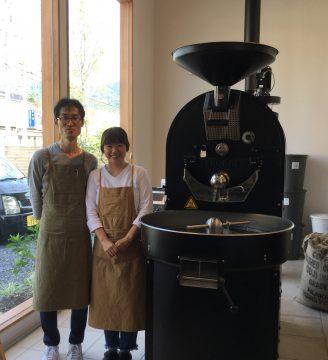 ドイツ製の焙煎機と藤山夫妻