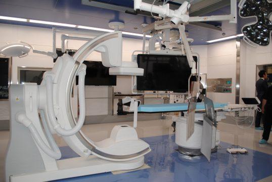 最新の医療機器が導入された手術室