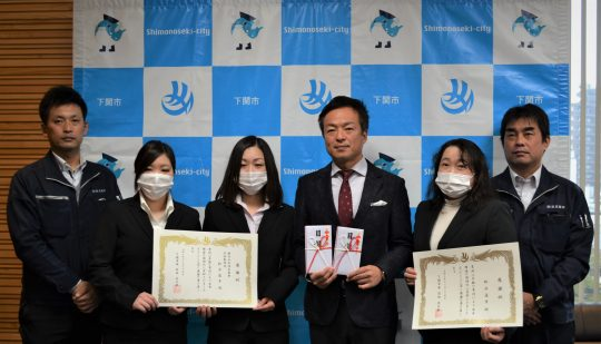 ㈱洛友商事の社員代表と前田市長