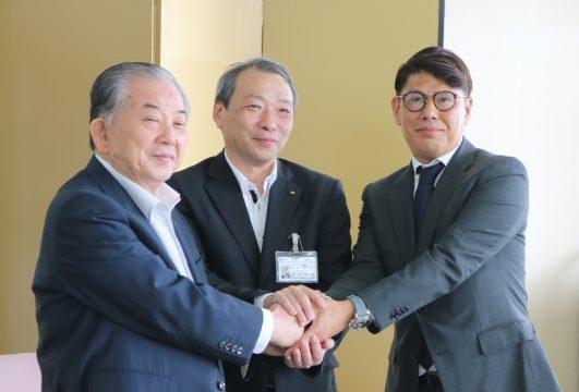 左から渡辺市長、福田浩治県商工労働部長、魚谷社長
